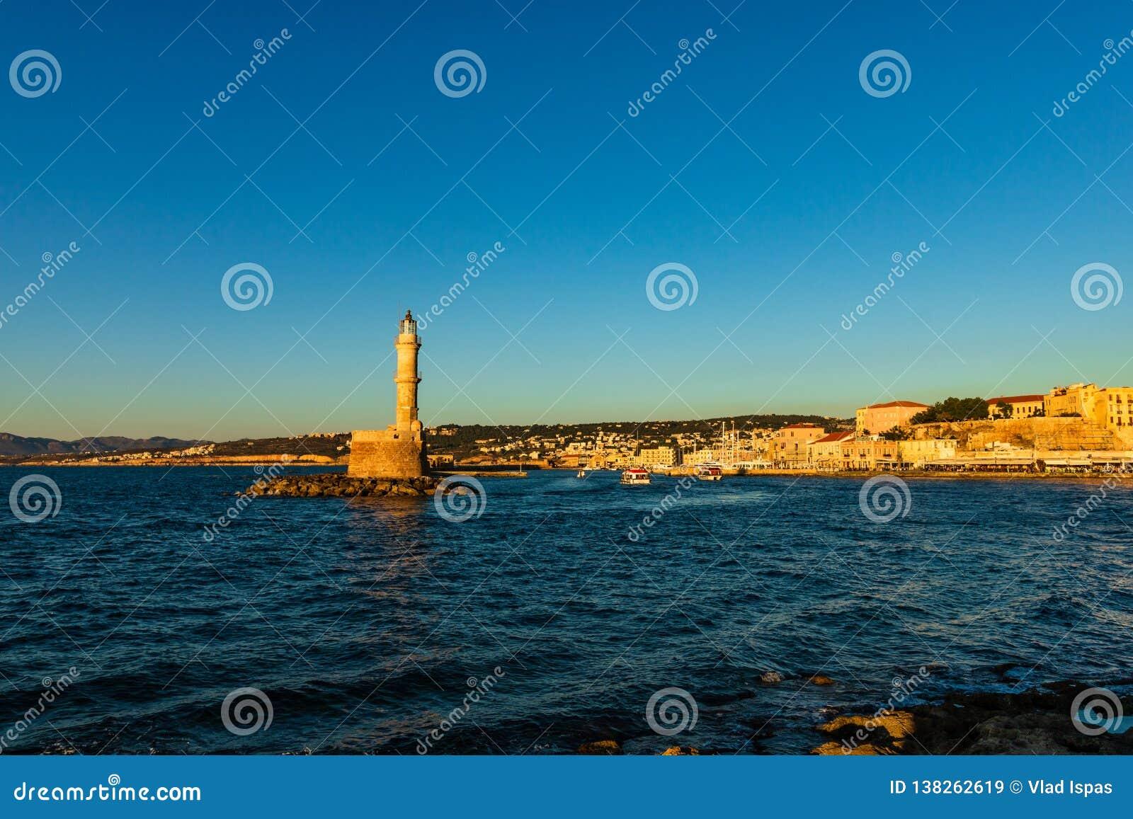Panoramiczny venetian schronienia nabrzeże i latarnia morska w starym schronieniu Chania przy zmierzchem, Crete, Grecja