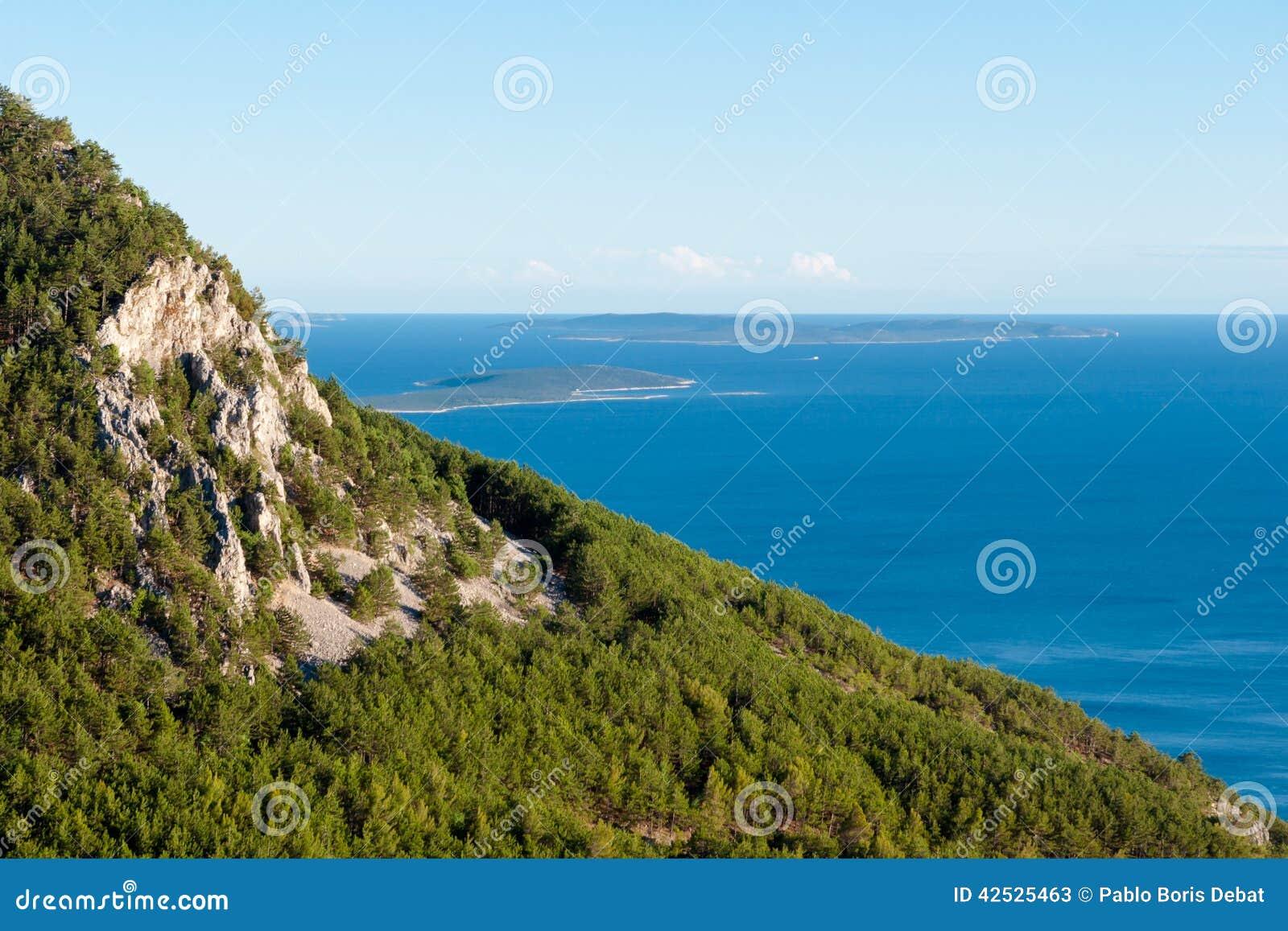 Panoramiczny widok góry i morze od Lubenice w Cres
