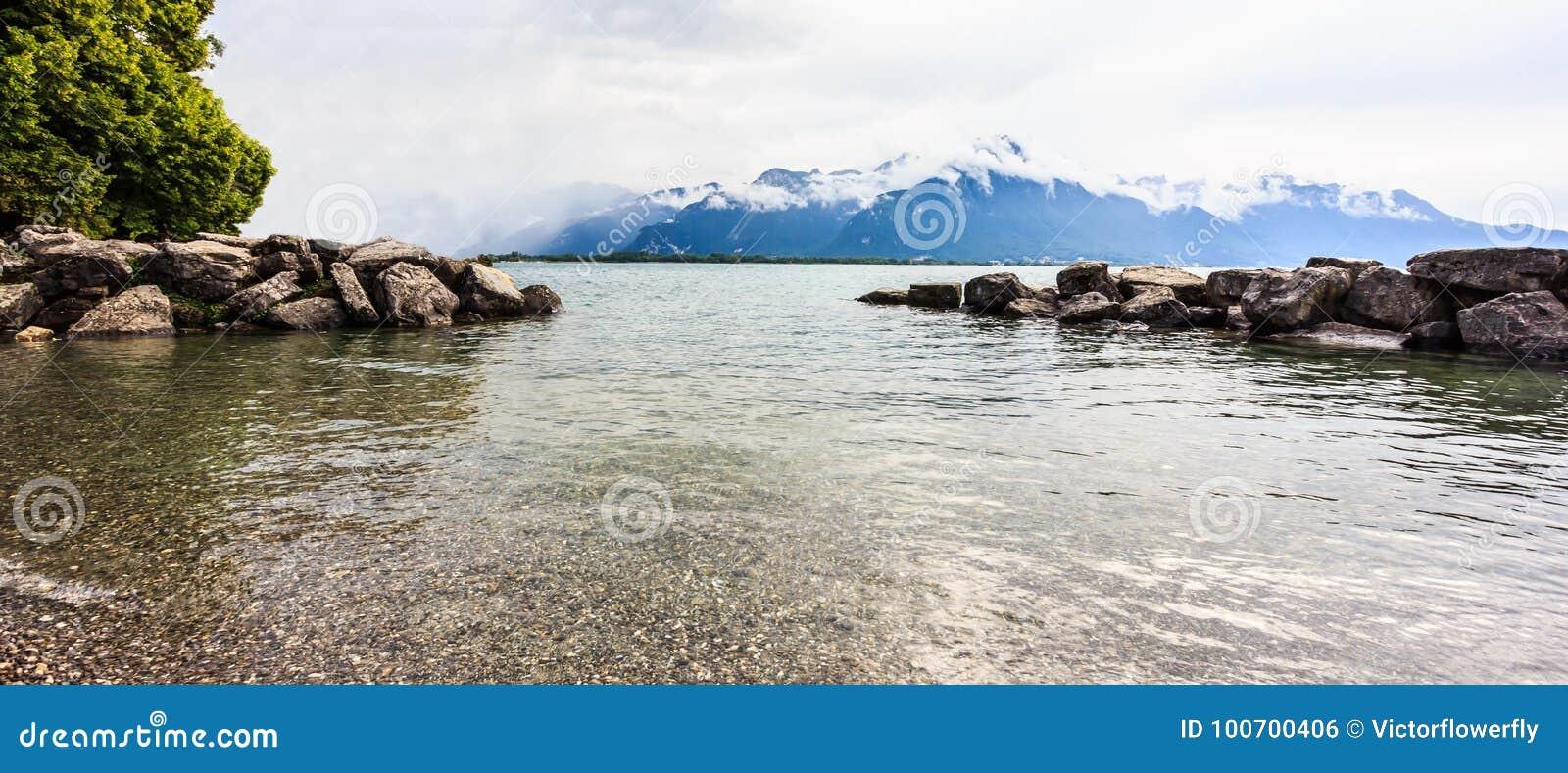 Panoramiczny widok Jeziorny Genewa z szwajcarskim alps tłem, jeden Szwajcaria ` s najwięcej pływających statkiem jezior w Europa,