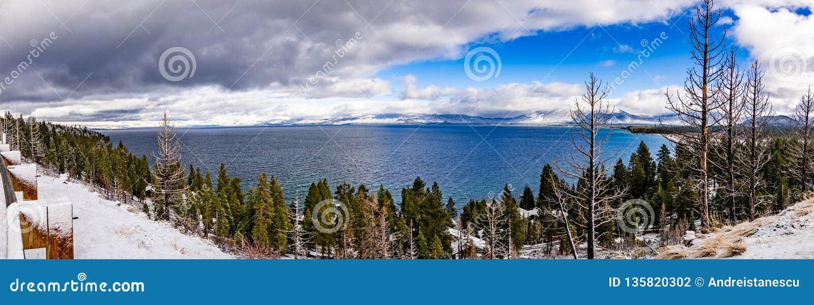 Panoramiczny widok Jeziorny Tahoe na burzowym dniu, sierra góra, Kalifornia