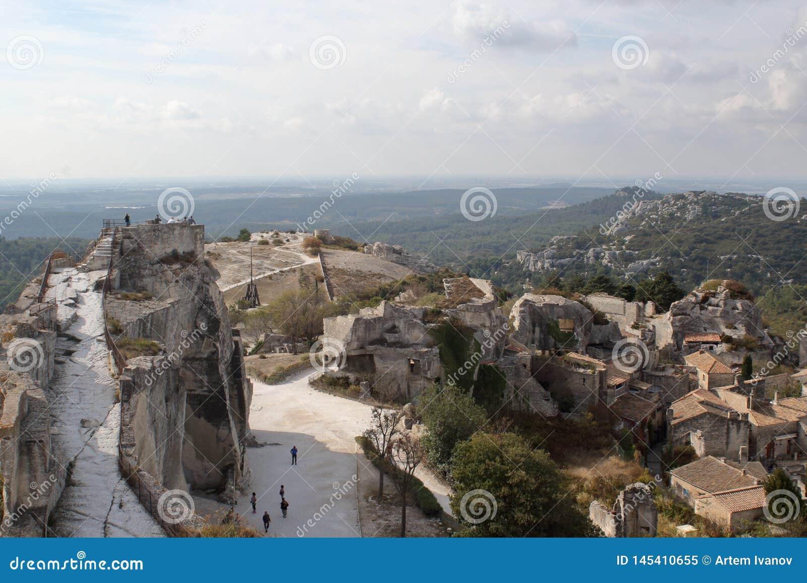 Panoramiczny widok kasztel ruiny średniowieczni dachy stary miasteczko i