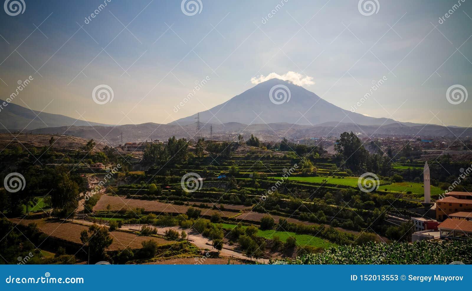Panoramiczny widok misti g?ra i Arequipa miasto od Yanahuara punkt widzenia, Arequipa, Peru