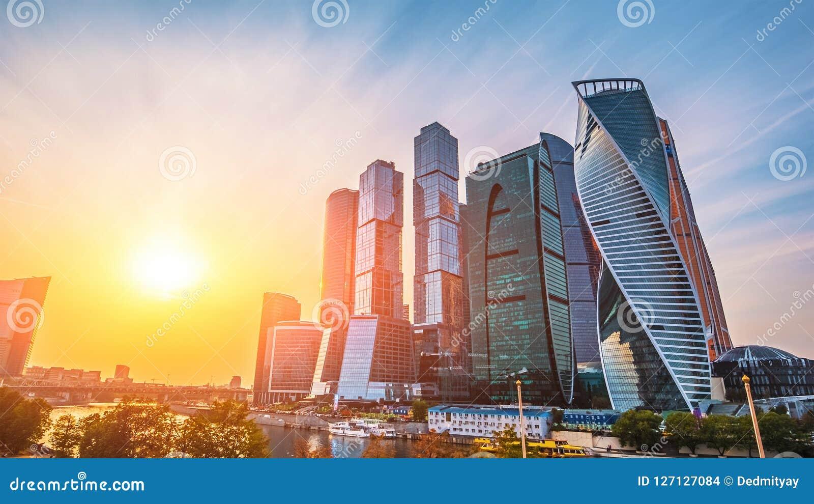 Panoramiczny widok Moskwa miasto i Moskva rzeka przy zmierzchem Nowi nowożytni futurystyczni drapacze chmur miasto