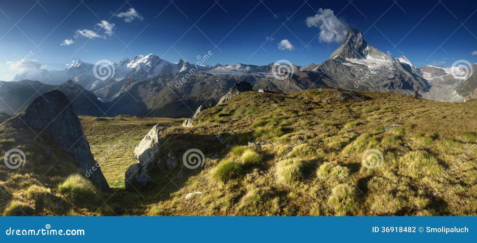 Panoramiczny widok od łąki pod Matterhorn, Szwajcaria.