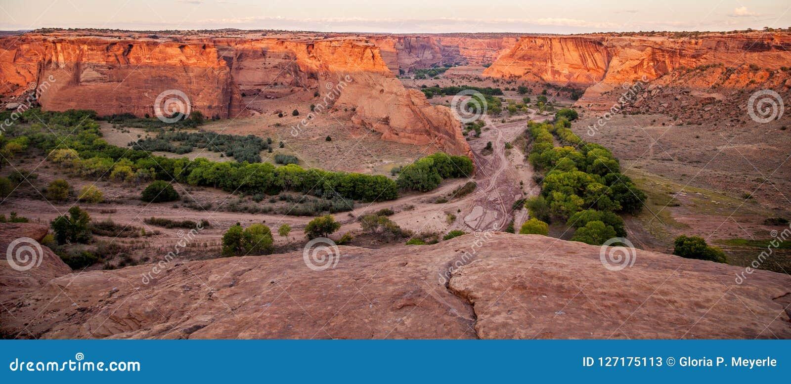 Panoramiczny widok od Tsegi Przegapia w Jarze De Chelly