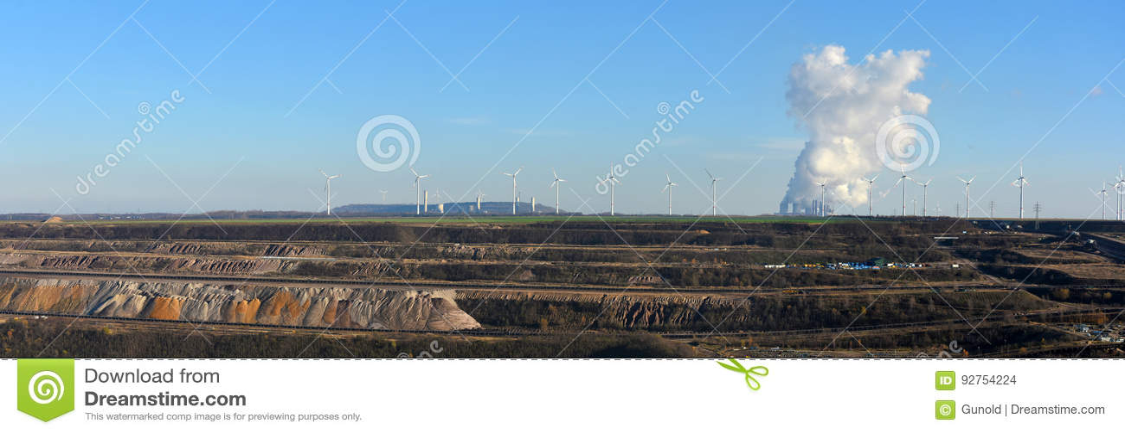 Panoramiczny widok otwarty - lany kopalnictwo, elektrownia i wiatrowa energia,