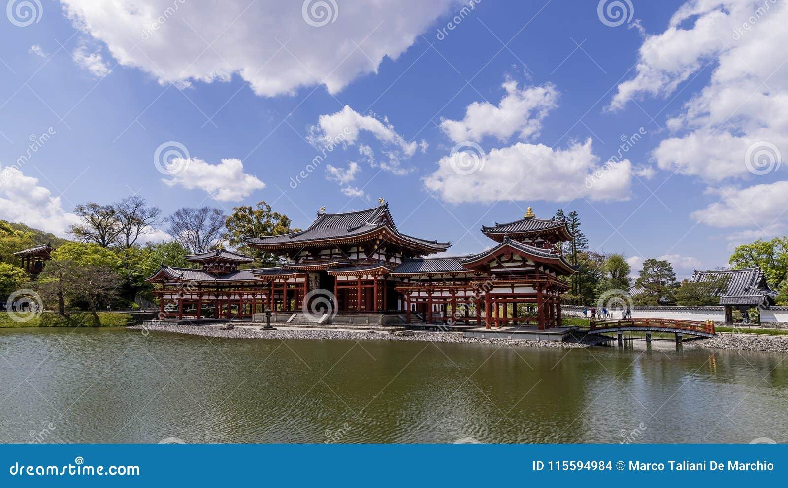 Panoramiczny widok piękny W świątyni w Uji, Kyoto, Japonia, na pięknym słonecznym dniu z niektóre chmurnieje