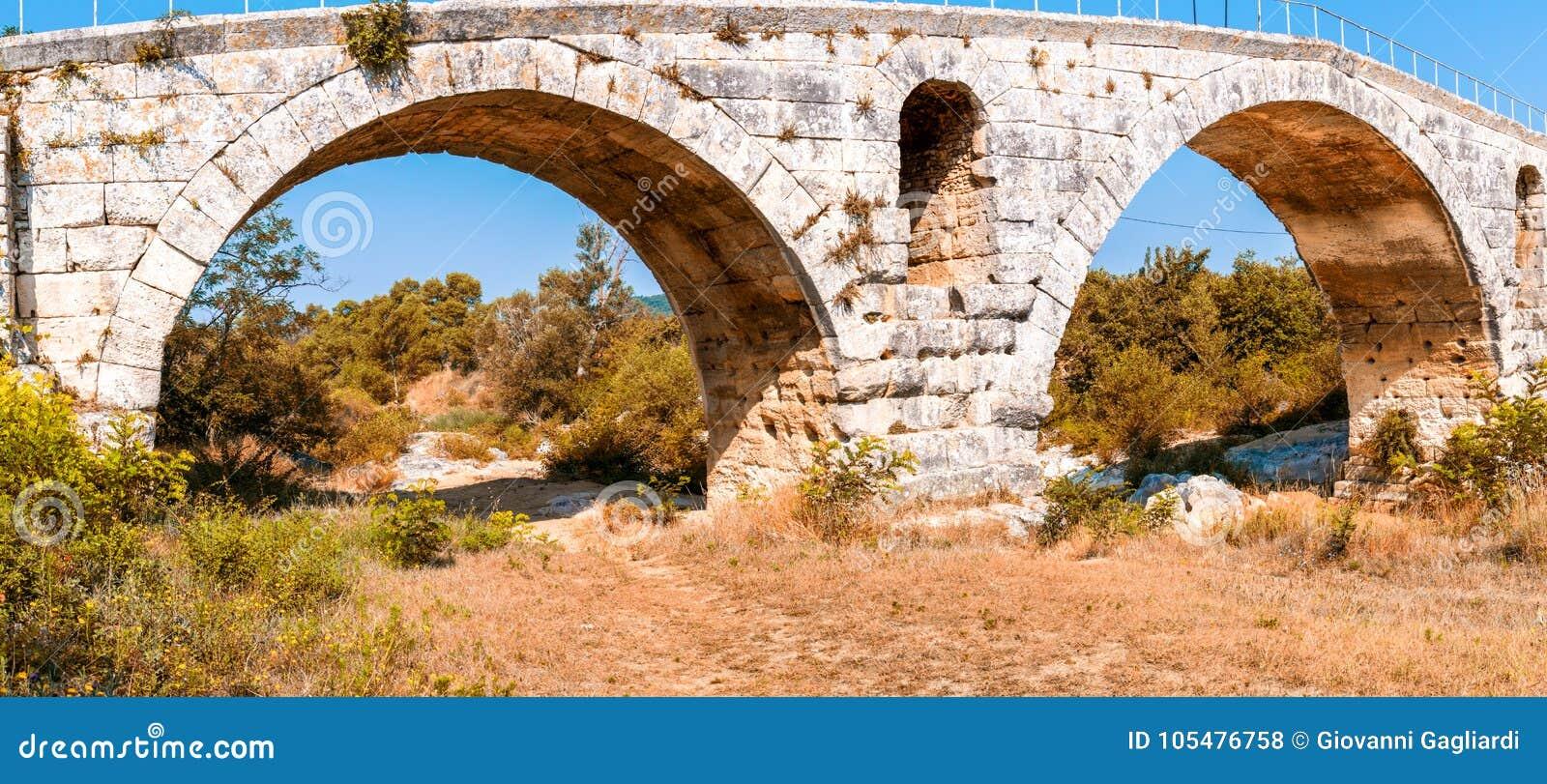 Panoramiczny widok Pont Julien, sławny rzymski most w Bonnieux,