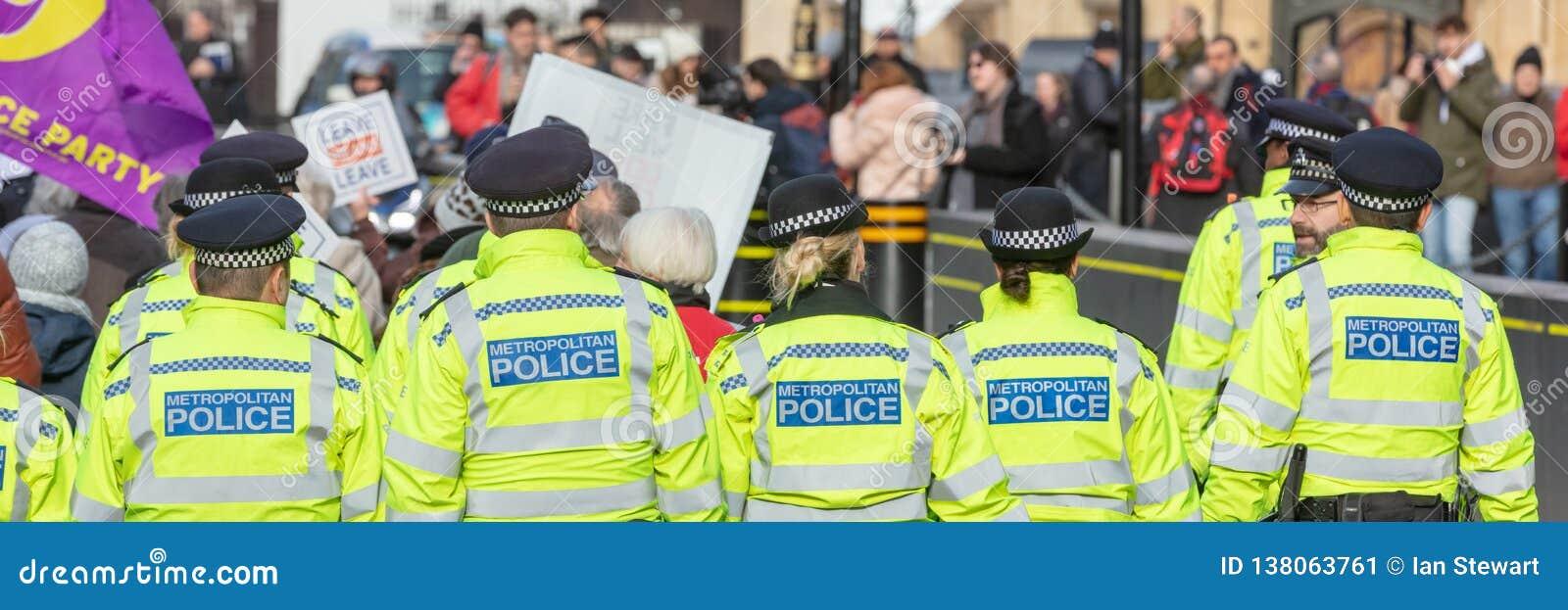 Panoramiczny widok tyły grupa funkcjonariuszi policji