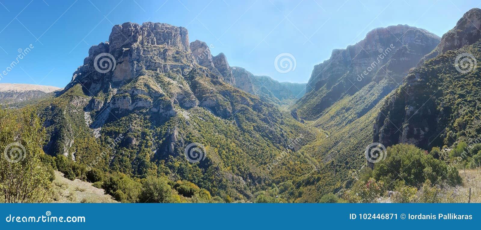 Panoramiczny widok Vikos wąwóz w Epirus, północny Grecja