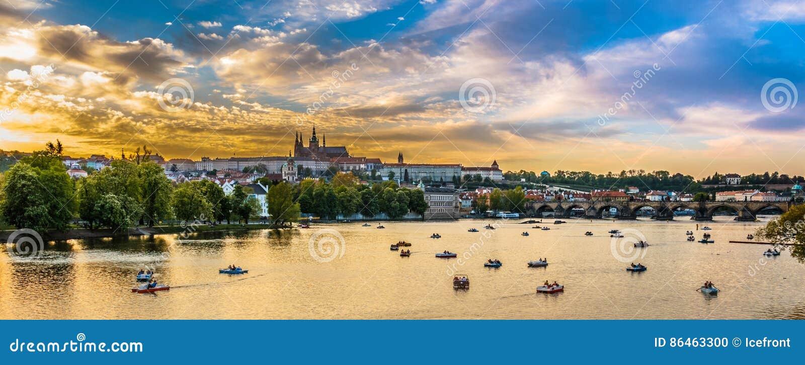 Panoramiczny widok Vltava rzeka z łodziami, Praga, czech Republi