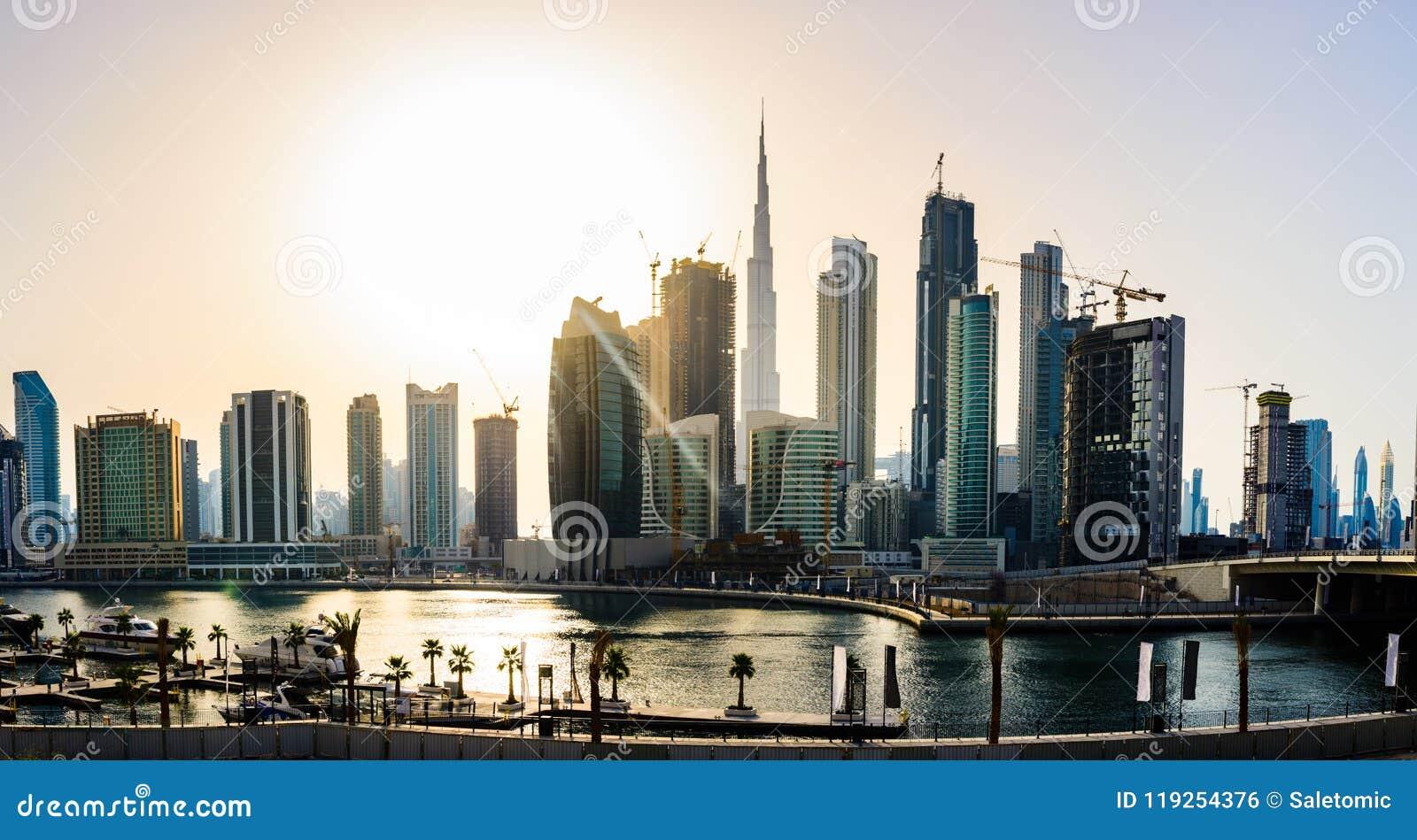 Panoramiczny widok w centrum Dubaj pejzaż miejski przy zmierzchem