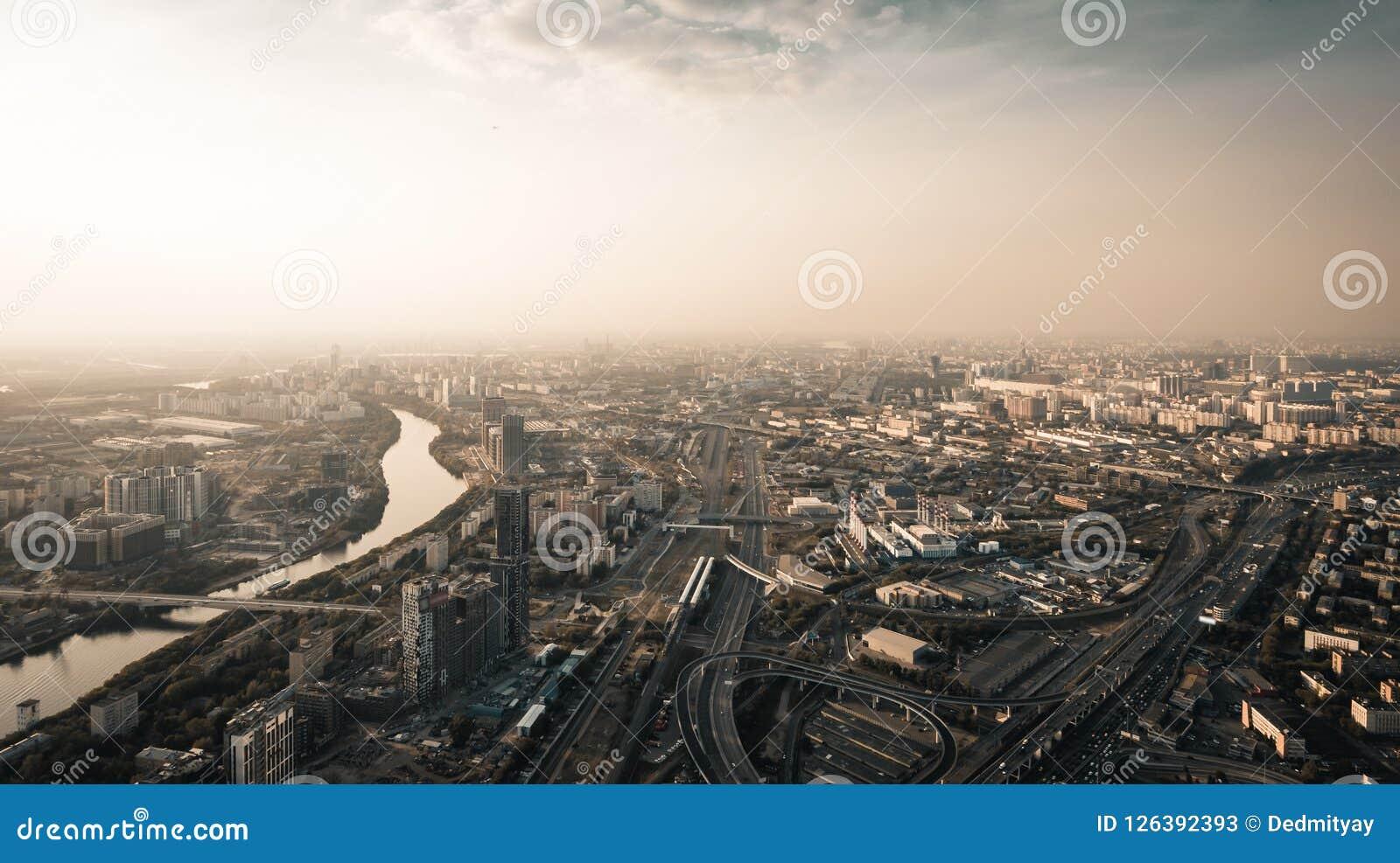 Panoramiczny widok z lotu ptaka Duży miasto Moskwa od above przy mrocznym czasem, drogi z samochodowym ruchem drogowym, rzeka i m