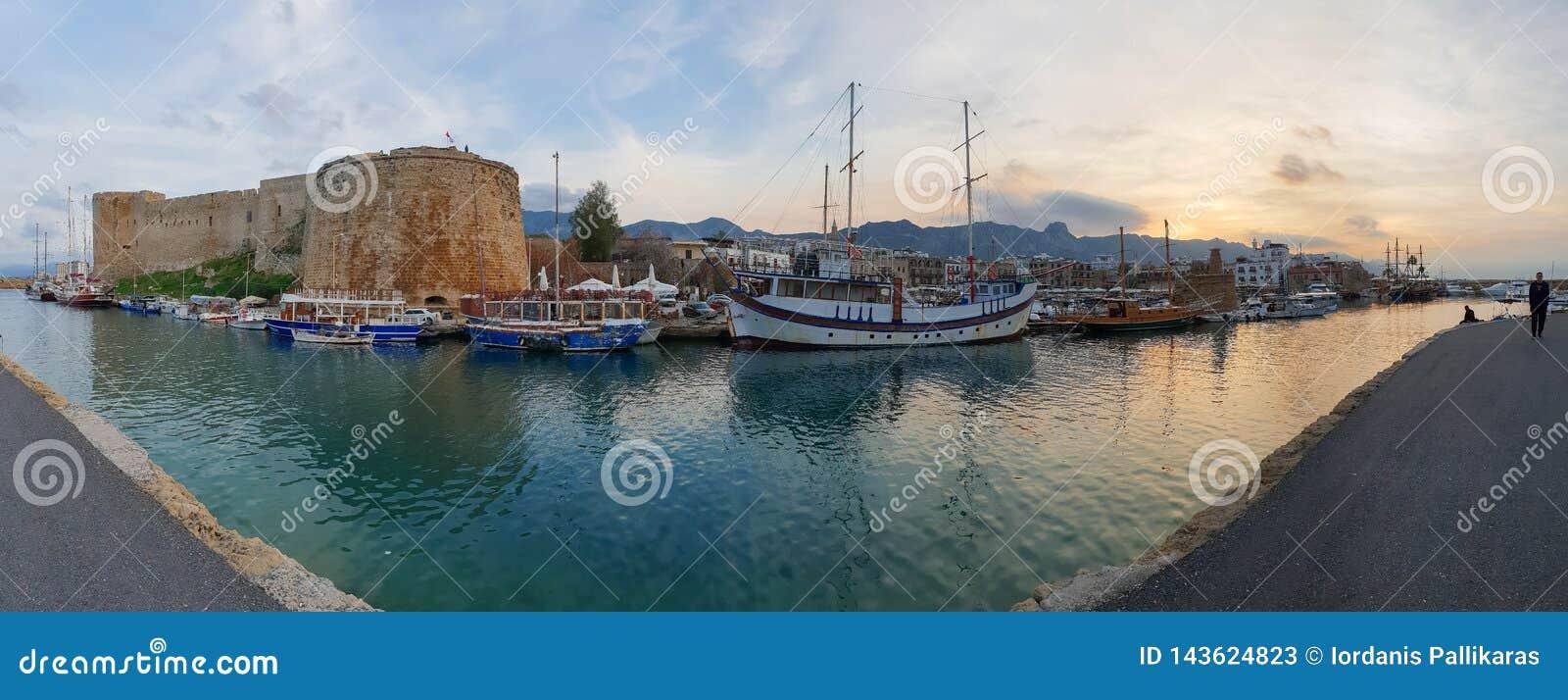 Panoramiczny zdobycz historyczne 7th wiek reklamy kasztelu łodzie stary schronienie w Kyrenia i, wyspa Cypr