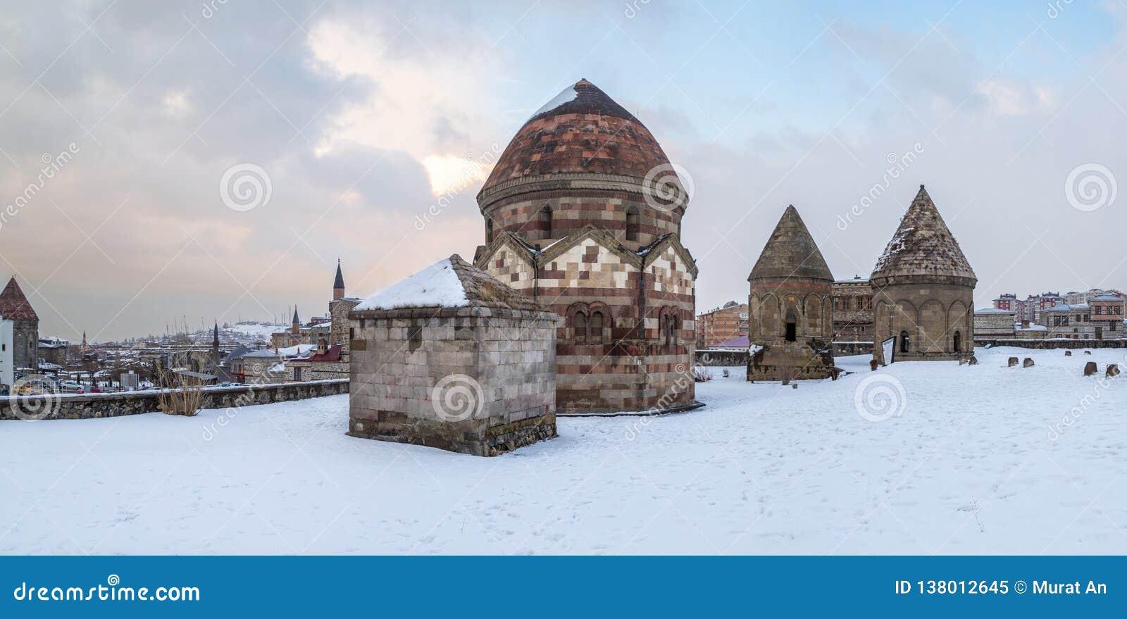 Panoramisch beeld van drie kumbets historische graven in Erzurum, Turkije
