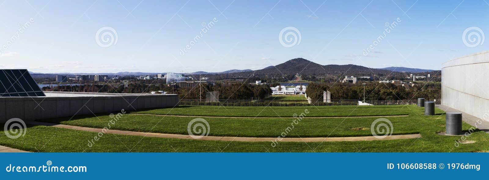 Panoramisch die beeld van de de Stadshorizon van Canberra van boven op de nieuwe het parlementswoningbouw wordt genomen