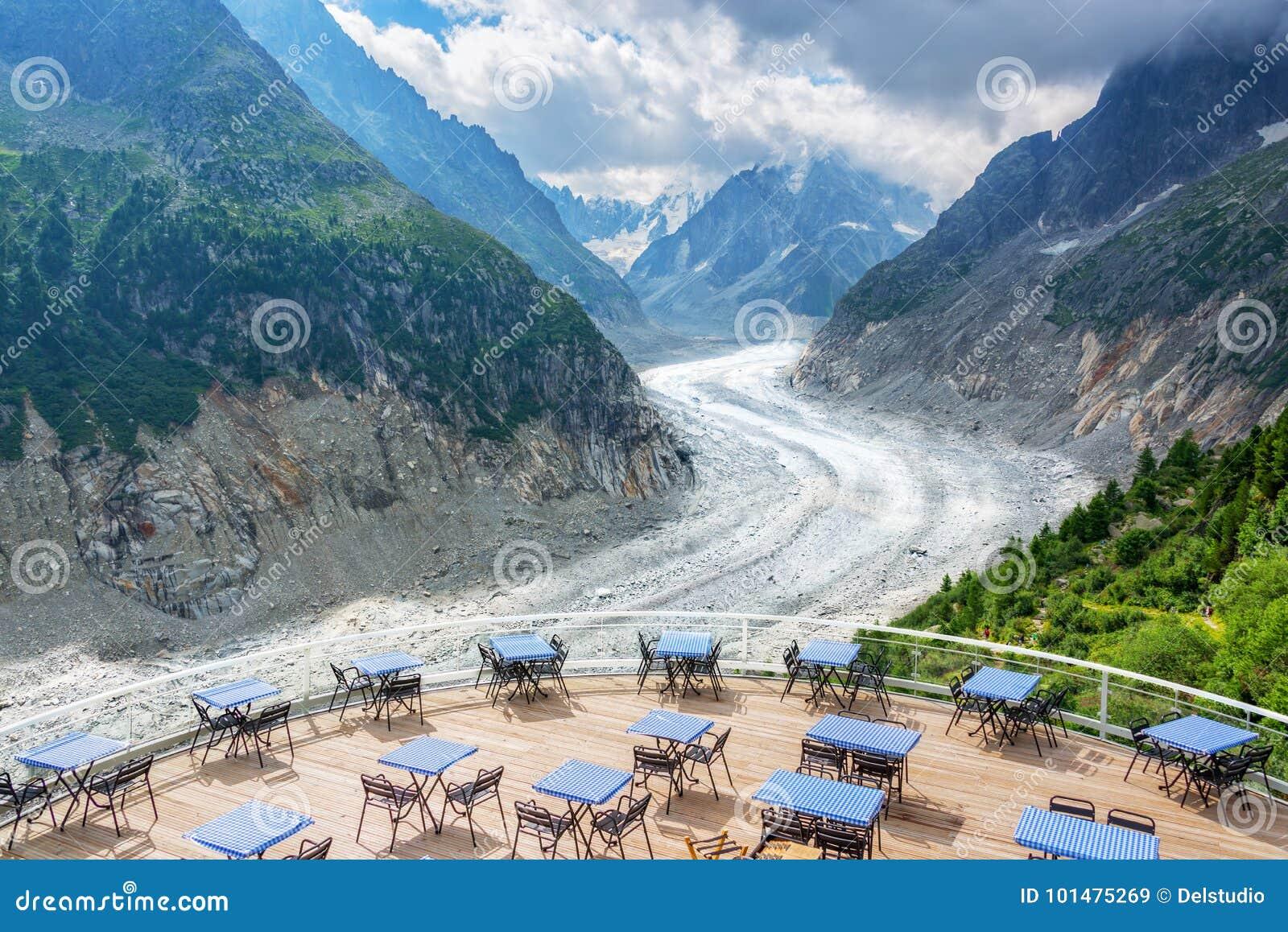 Panoramisch koffieterras met mening over gletsjer Mer DE Glace, in Chamonix Mont Blanc Massif, de Alpen Frankrijk