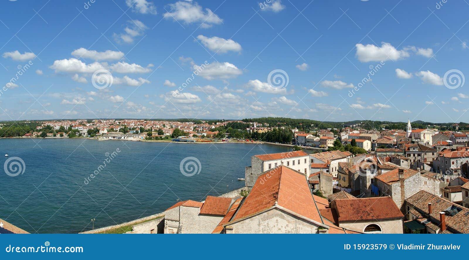 Panoramisch landschap met de hemel, het overzees en het dak