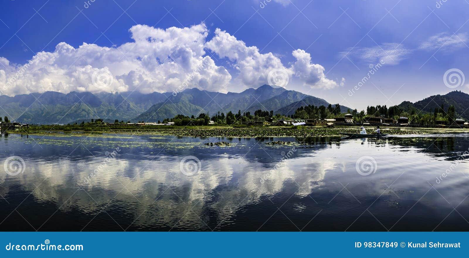 Panoramisch landschap van Dal Lake, Srinagar, India
