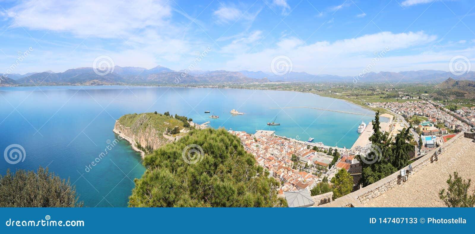 Panoramisch landschap van hierboven van Nafplio-stad Argolis Griekenland - hommelmening