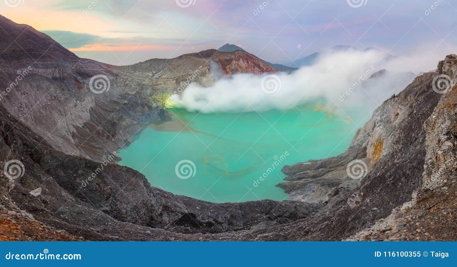 Panoramisch landschap van Kawah Ijen bij Zonsopgang, Java, Indonesië