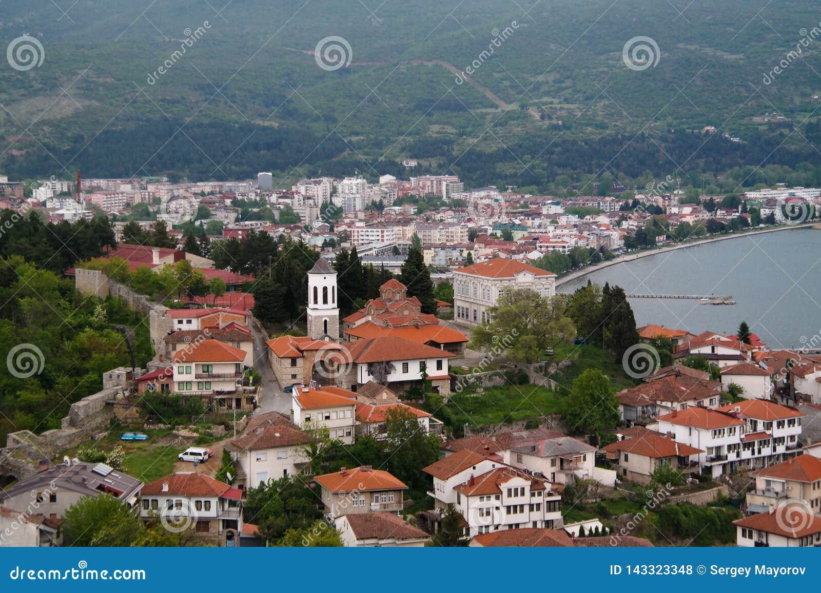 Panoramisch satellietbeeld aan Ohrid-meer en stad van Samuels-Vesting, Noord-Macedoni?