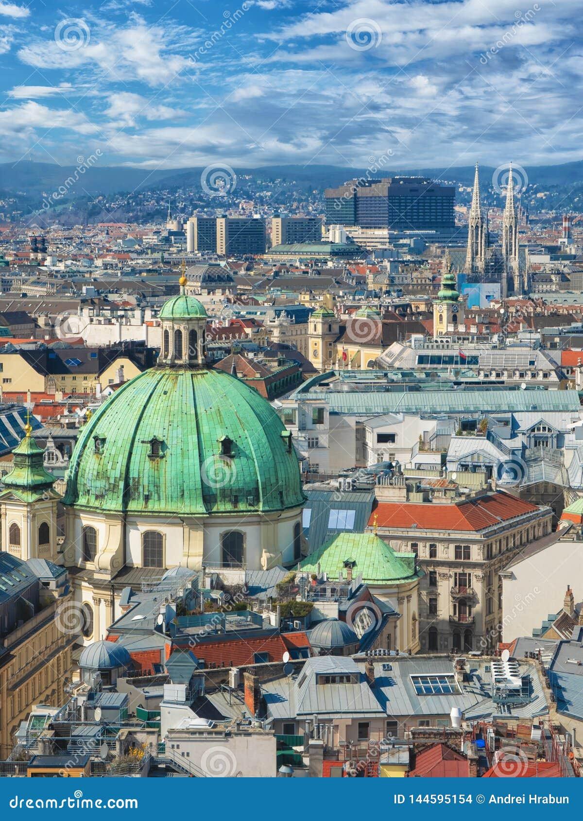 Panoramisch satellietbeeld over historische oude stad van Wenen met beroemde oriëntatiepunten als St Stephen& x27; s kathedraal