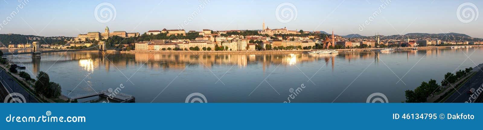 Panoramisch schot van de ochtend in Boedapest