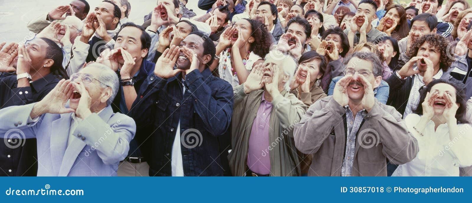 Panoramisch schot van menigte die met handen op gezicht schreeuwen