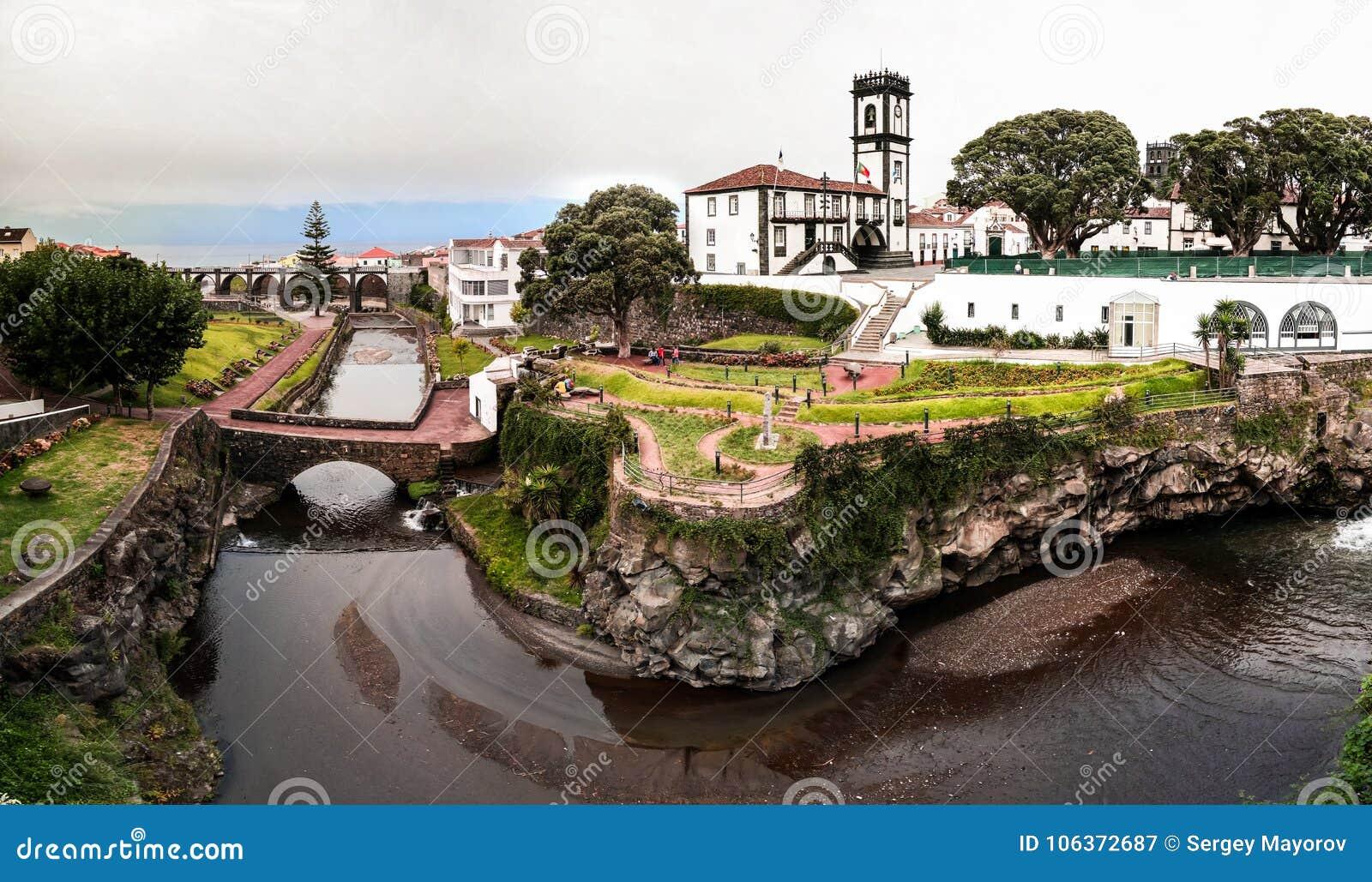 Panoramische cityscape mening aan Gemeente en centraal vierkant van Ribeira Grande, Sao Miguel, de Azoren, Portugal