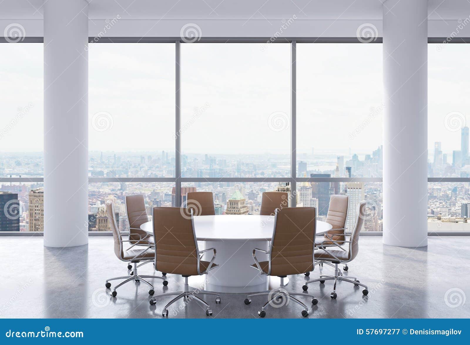 Panoramische conferentieruimte in modern bureau de stadsmening