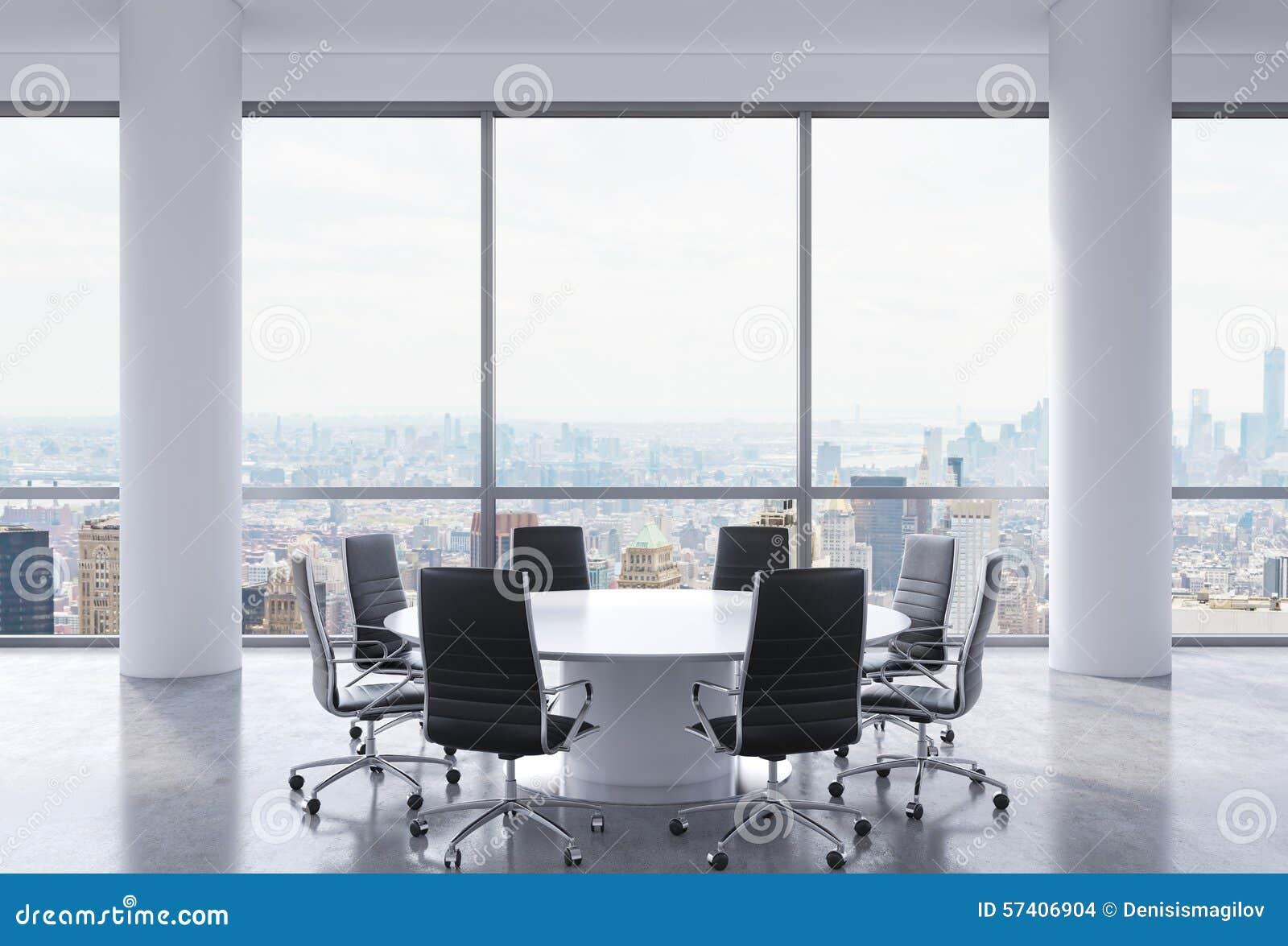 Witte Tafel Zwarte Stoelen.Panoramische Conferentieruimte In Modern Bureau De
