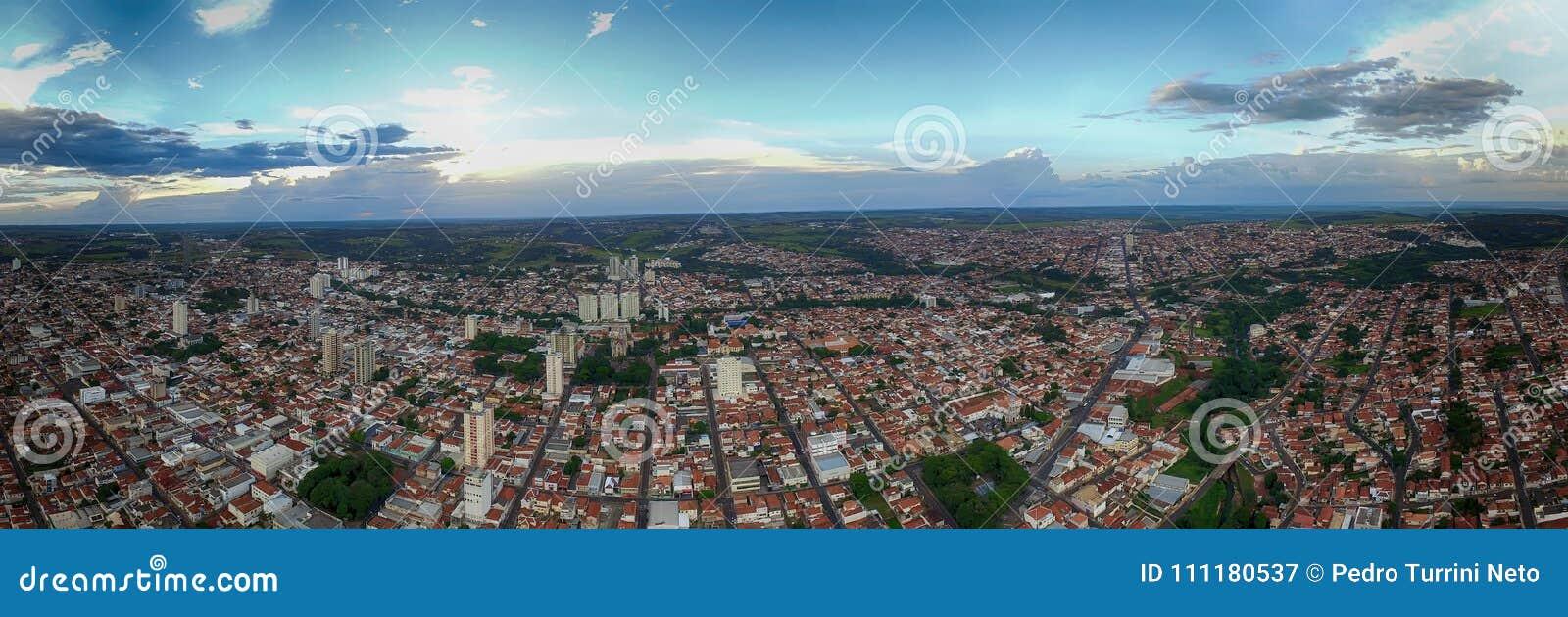 Panoramische foto van de stad Botucatu - Sao Paulo, Brazilië - bij zonsondergang