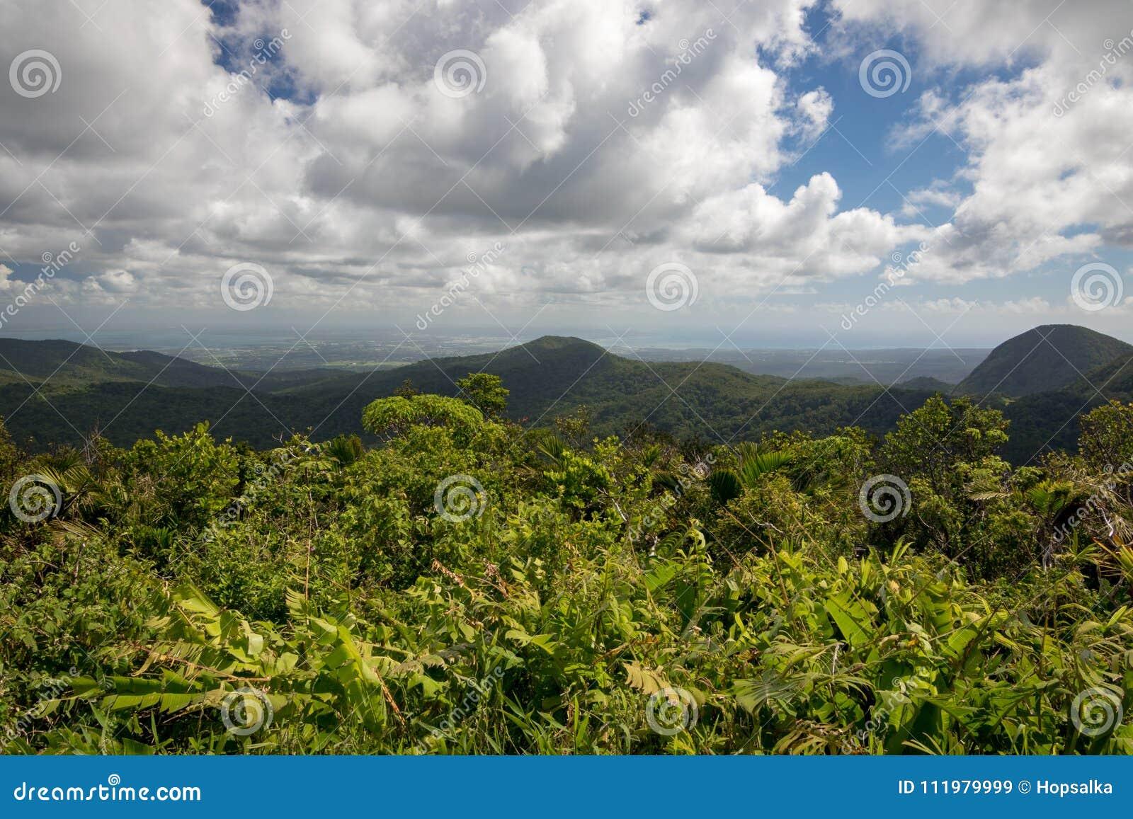 Panoramische landschapsmening in Caraïbisch Guadeloupe, Mening naar grande-Terre en kapitaal