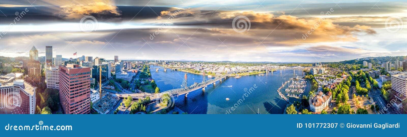 Panoramische luchtmening van de horizon van Portland en Willamette-rivier