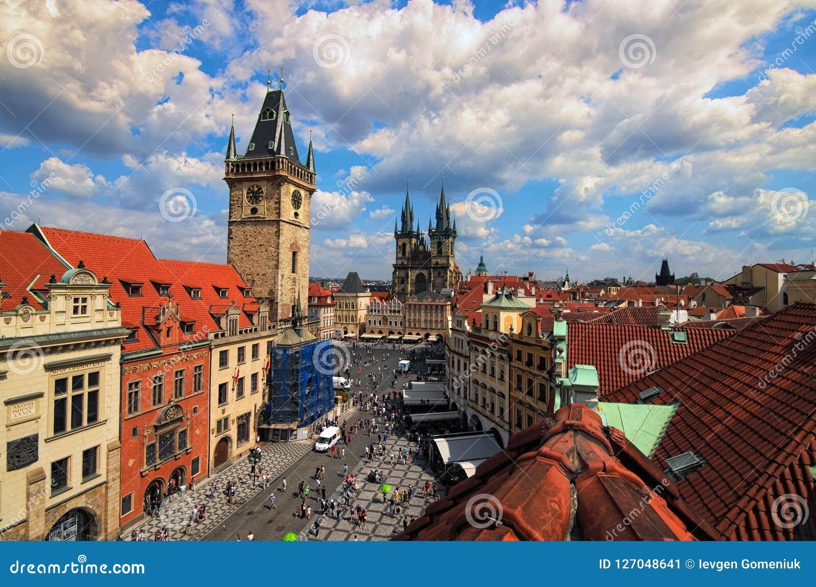 Panoramische luchtmening van Oud Stadsvierkant met Oud Stadhuis, Kerk van Onze Dame vóór Tyn en andere beroemde historische gebou