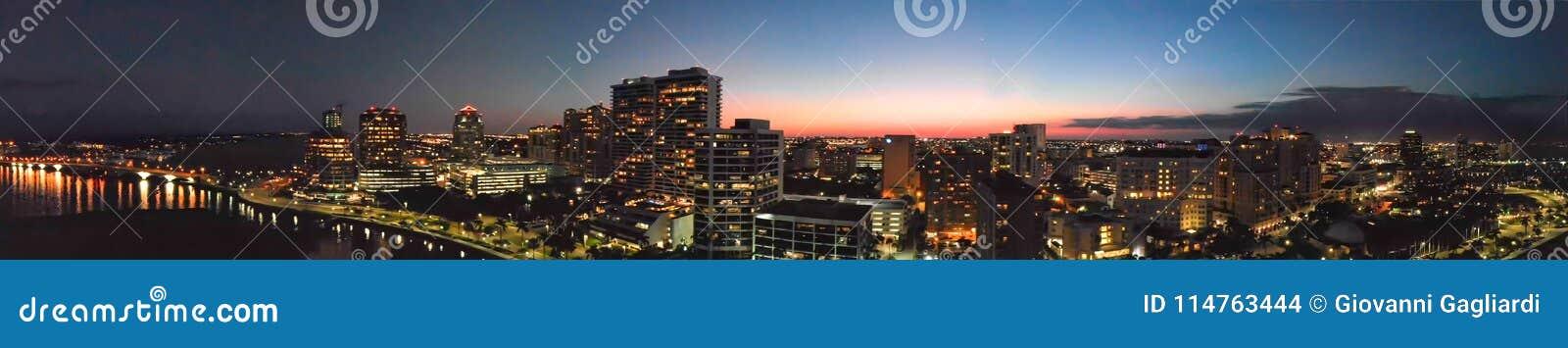 Panoramische Sonnenuntergangvogelperspektive von West- Palm Beachskylinen, Florida