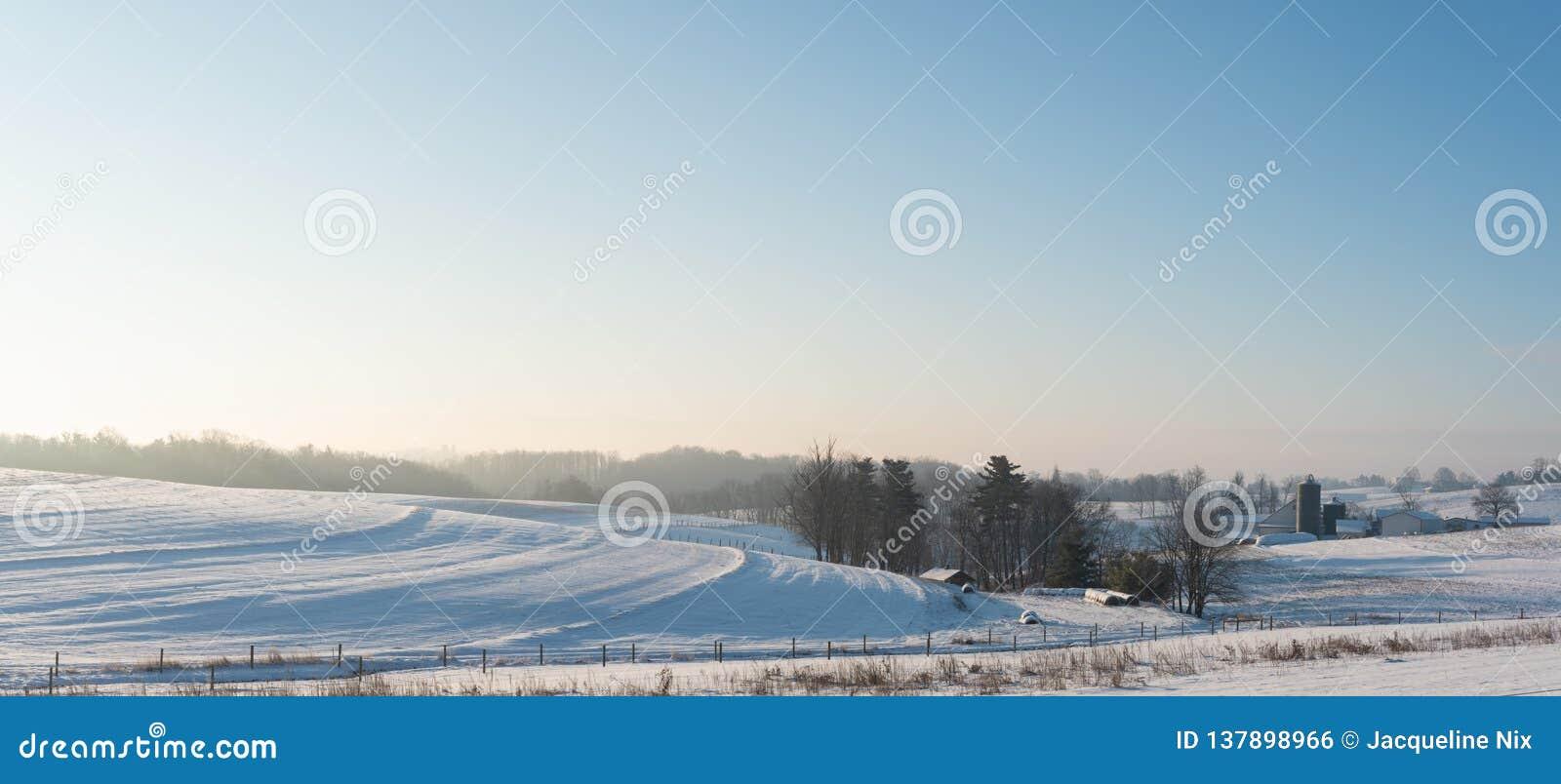 Panoramische van het land landbouwgrond als achtergrond in Appalachia in sneeuw