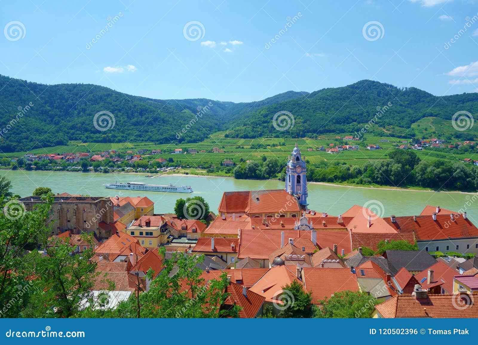 Panoramische Vogelperspektive schönen Wachau-Tales mit der historischen Stadt von Region Durnstein und der berühmten Donaus, Nied