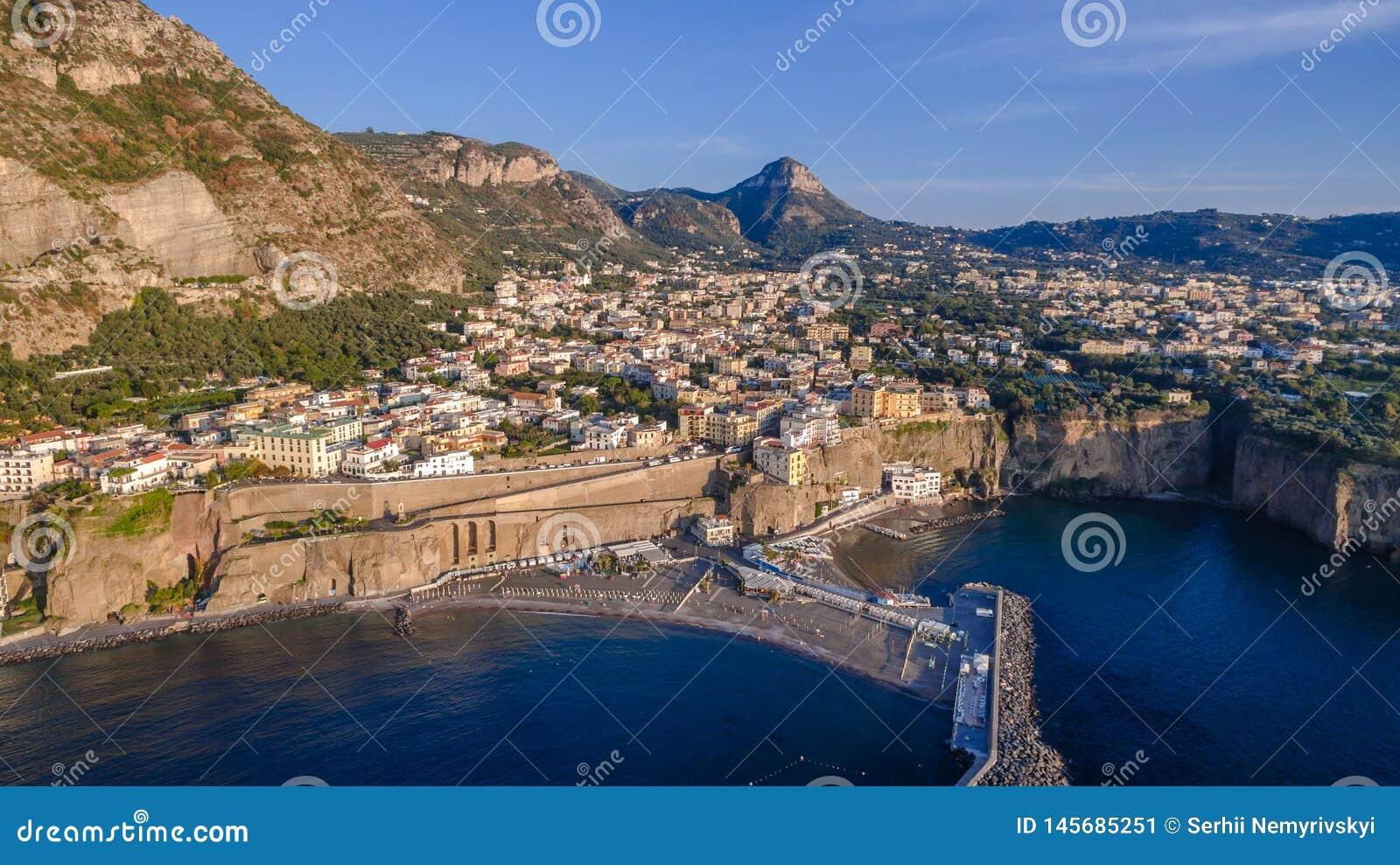 Panoramische Vogelperspektive SORRENTS, ITALIEN von Sorrent, die Amalfi K?ste in Italien in einem sch?nen Sommerabendsonnenunterg