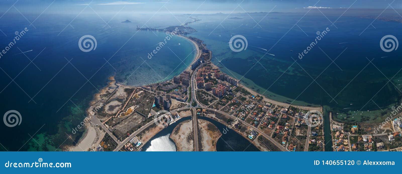 Panoramisches von der Luftfoto von Gebäuden, von Landhäusern und von Strand auf einem natürlichen Spucken von La Manga zwischen d