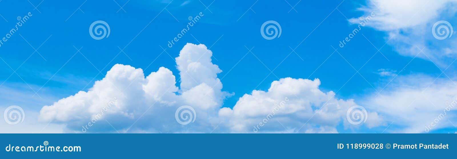 Panoramy chmura w lato czasie z formacją i niebo szalejemy chmurnego pięknego sztuki natury tło