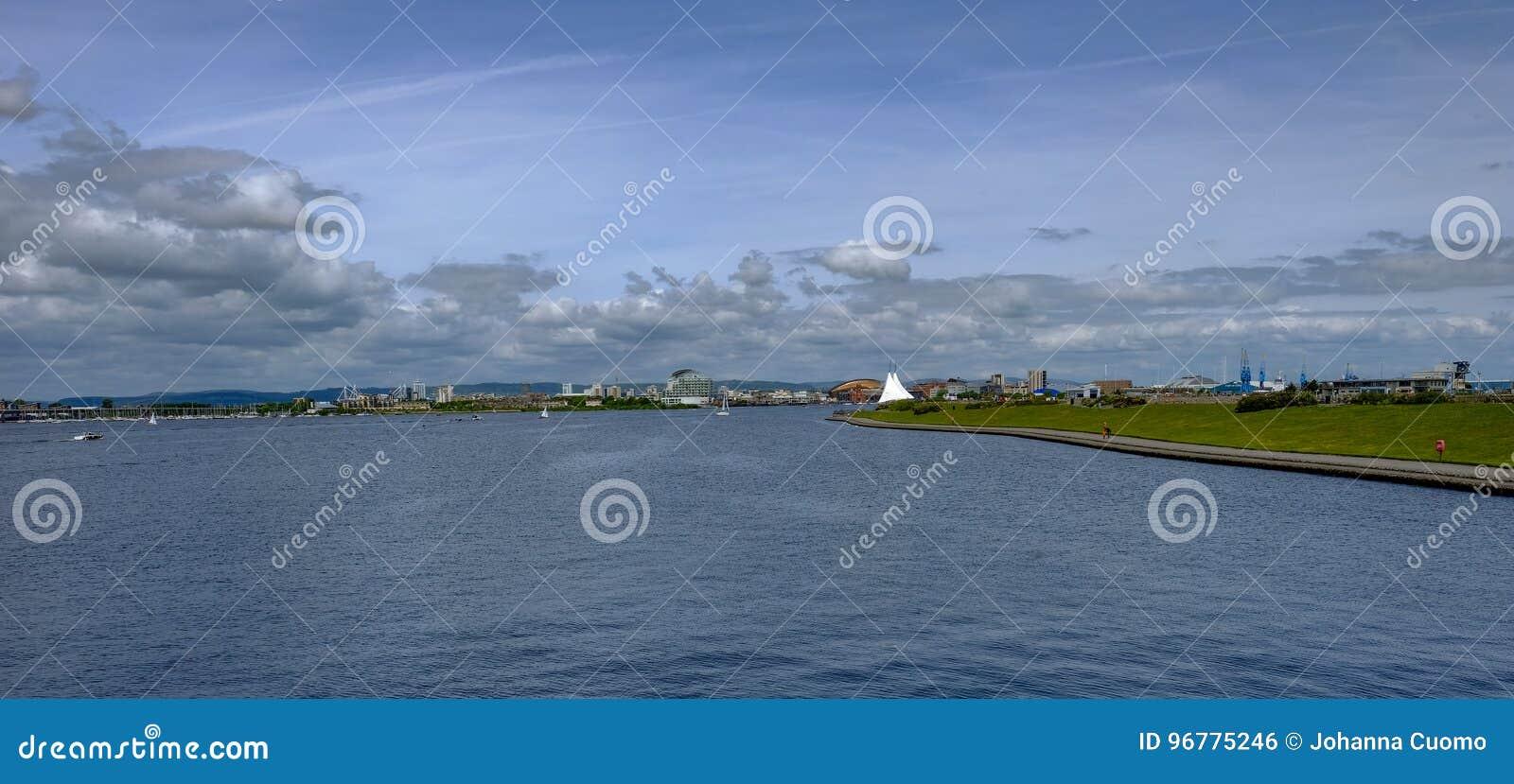 Panoranicmening van de Baai die van Cardiff van de Versperring kijken