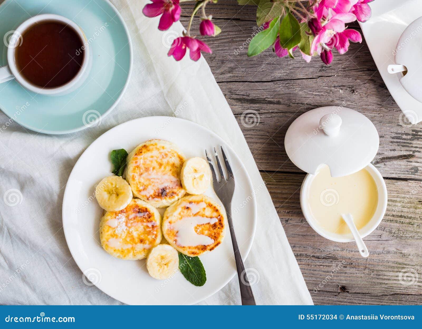 Panquecas caseiros do requeijão com banana, leite condensado, Br
