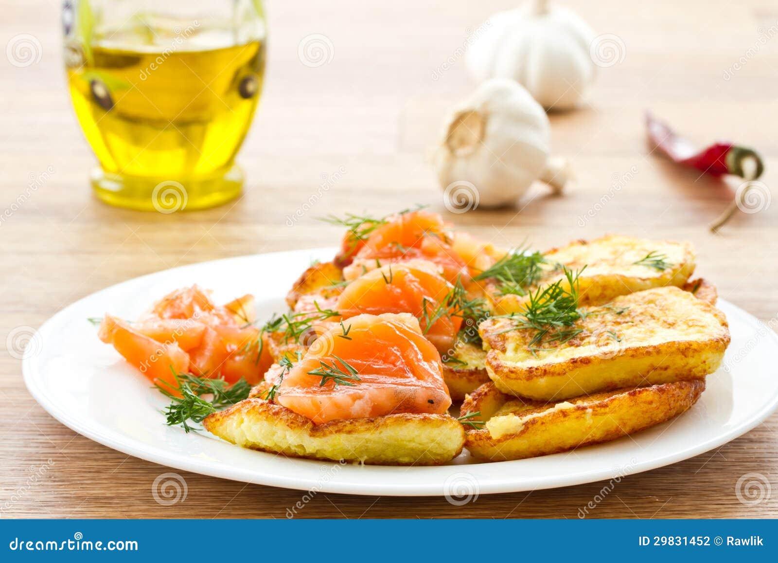 Panquecas de batata com salmões salgados
