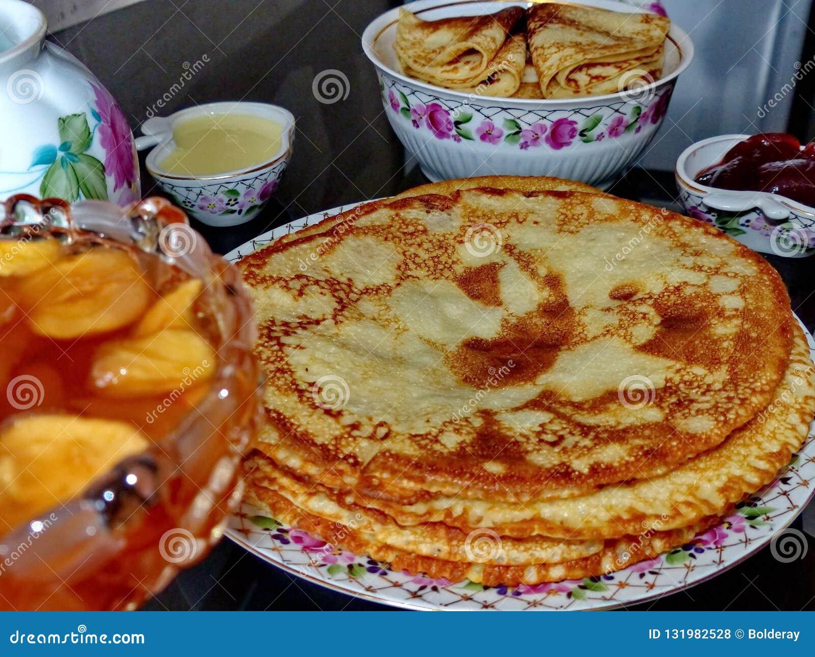 Panquecas do blini do russo e doce da maçã, leite condensado, mel Celebração de Maslenitsa Maslenitsa está um oriental