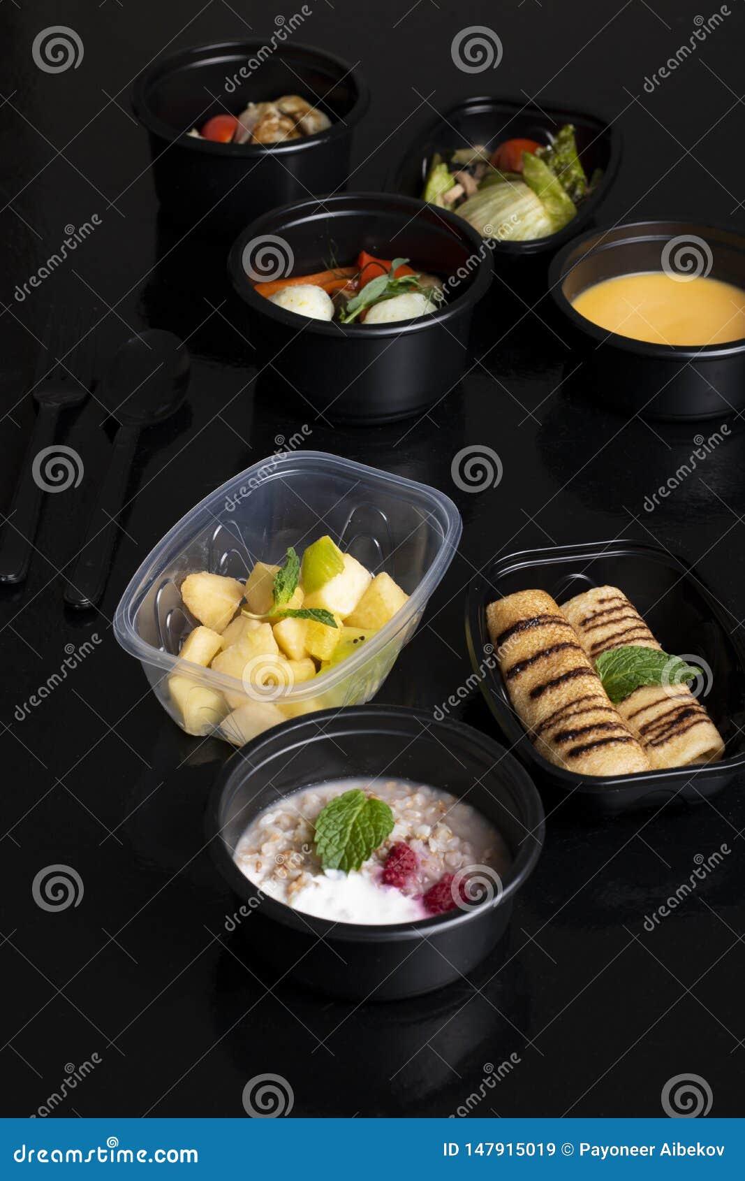 Panquecas e folha da hortelã, sopa da abóbora com vegetais cozinhados, alface e salada de frutos exótica
