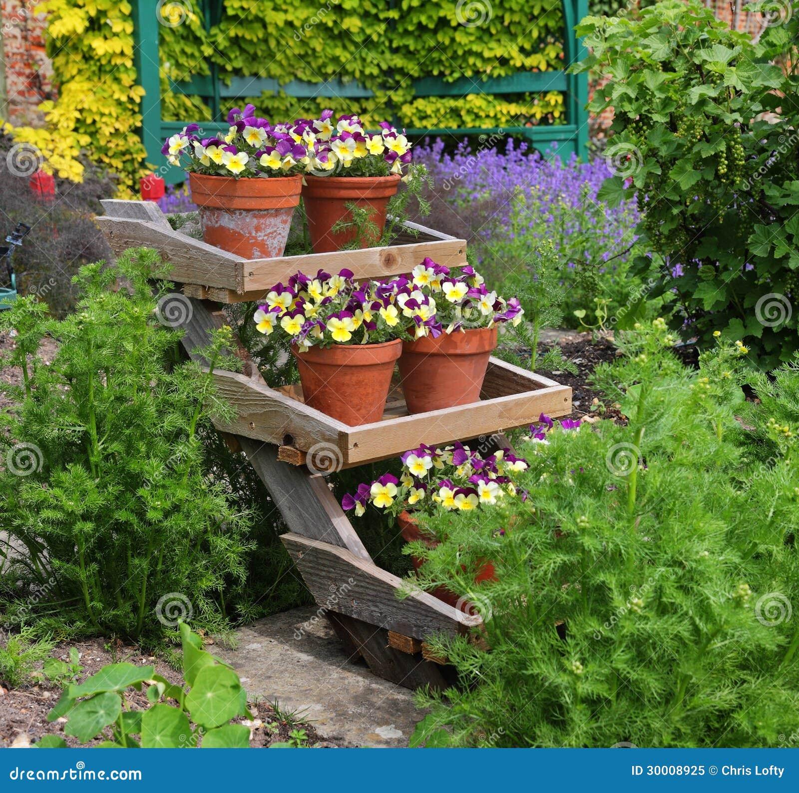 Vasi da fiori riempiti pans su un banco di mostra - Grossi fiori da giardino ...