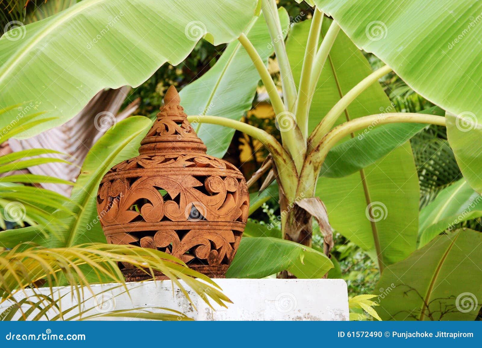 Pantalla de la terracota debajo del árbol de plátano