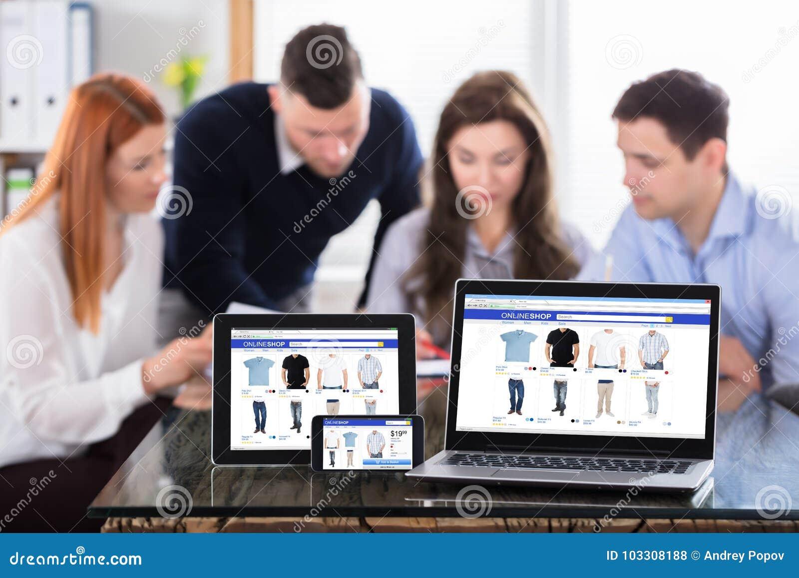 Pantalla en línea de las compras en los dispositivos electrónicos modernos